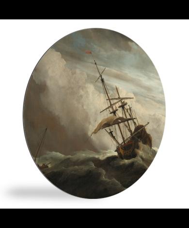 Een schip in volle zee bij vliegende storm - Schilderij van Willem van de Velde wandcirkel